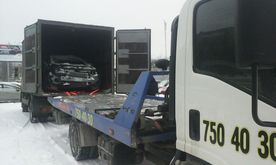 Эвакуация в Челябинске - выгрузка из кузова грузового автомобиля .